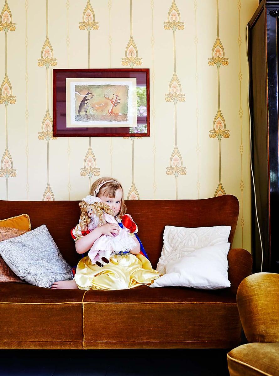 Olohuoneen sohvaryhmä on lohjalaisesta antiikkiliikkeestä ja valmistettu 1940-50-luvulla.