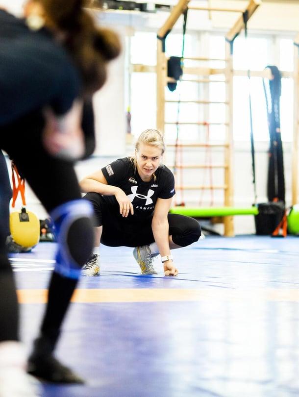 """""""Minulle kova kuri sopi, olin niin jääräpäinen. Itse yritän valmentaa positiivisuuden kautta. Jos jokin ei pelitä, löydetään yhdessä toimivampi tapa"""", Petra Olli sanoo."""