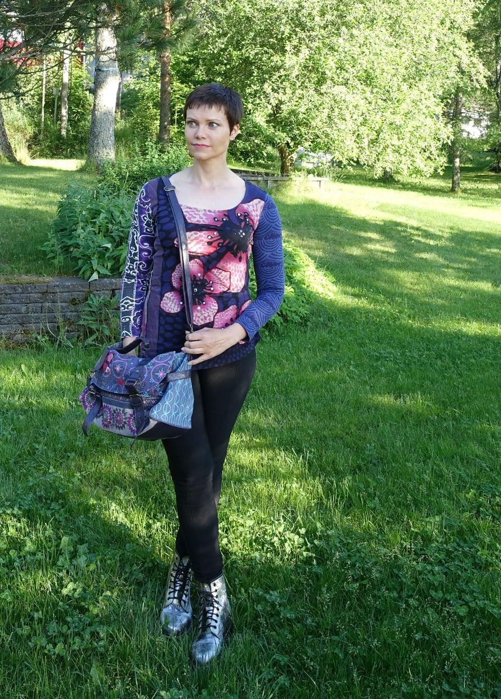 Huusin käytetyn, hieman kauhtuneen Desigualin paidan huuto.netistä viidellä eurolla ja hyväkuntoisen Desigual canvas-laukun kolmella kympillä. Dr.Martensin hopeanväriset bootsit löytyivät tori.fi:stä, jossa maksoin niistä 70 euroa. Housut on ostettu uutena H&M:ltä.
