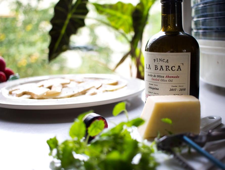 Tähän ruokaan kannattaa valita laadukas oliiviöljy, jota riittää ihan pieni loraus. Tämä oli täydellinen hetki korkata Hakaniemen hallista ostamani savustettu oliiviöljy, joka on nimenomaan tarkoitettu viimeiseksi silaukseksi esimerkiksi kasvisruokiin ja kaloille tai vaikka pasta-annokseen.