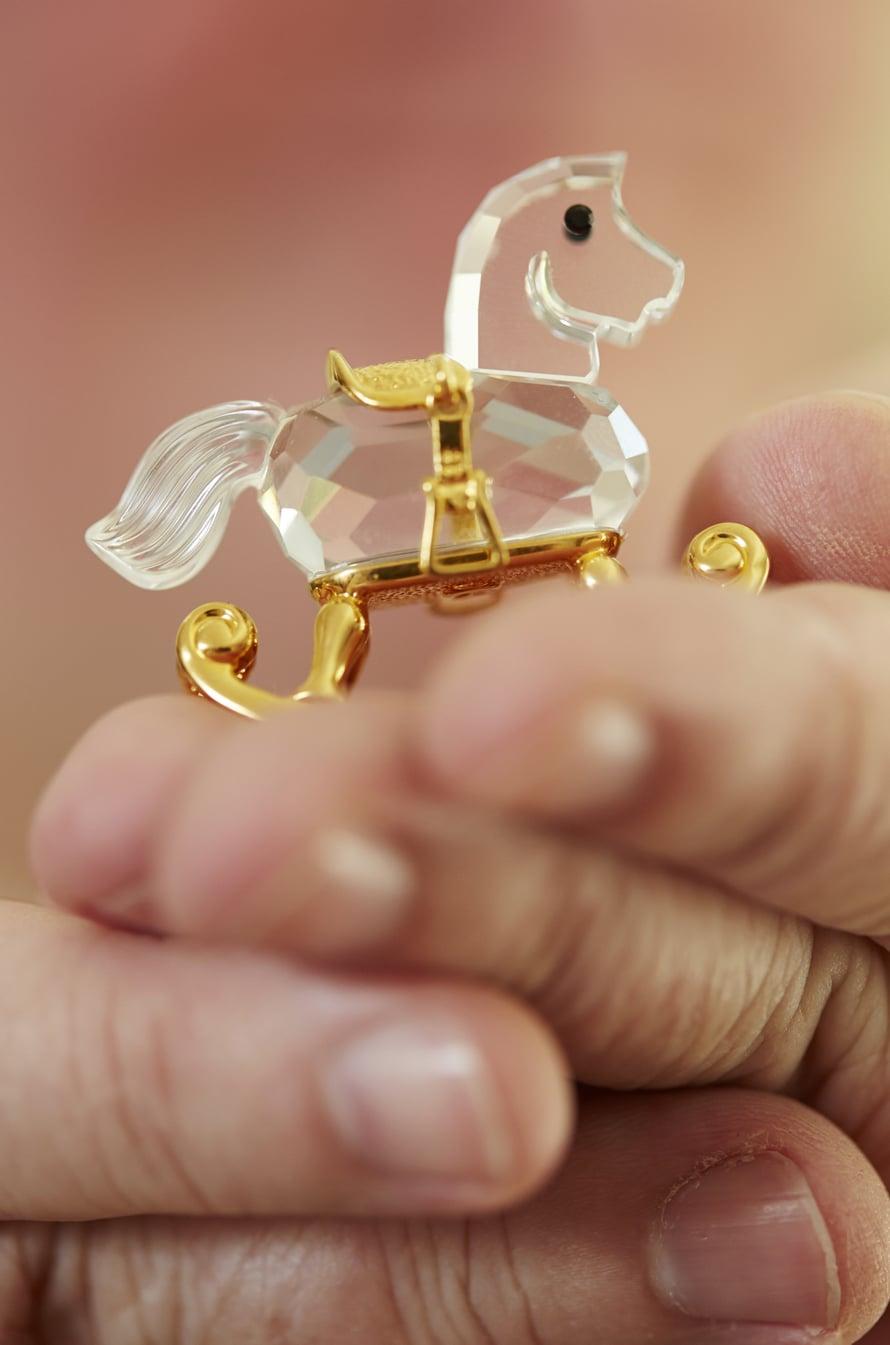 Swarovskin ratsu on kultaa ja kristallia.