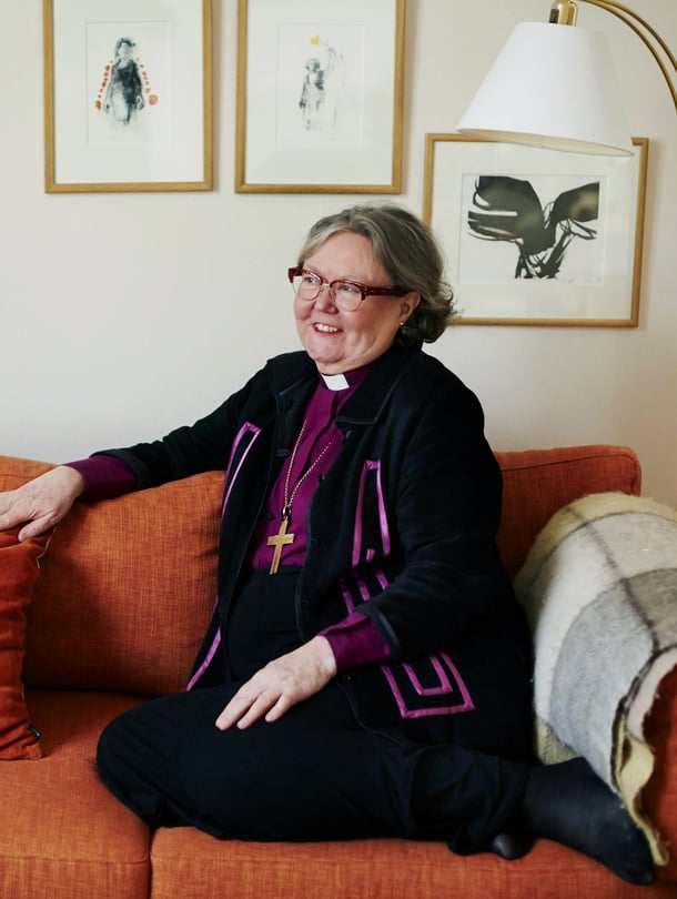 Teologi Irja Askola, 63,vihittiin Helsingin piispaksi vuonna 2010. Hän on ensimmäinen suomalaisnainen, joka on valittu piispaksi. Hän on kirjoittanut kuusi runokirjaa.Kotiin hän palaa yleensä niin myöhään, ettei ehdi kokata itselleen illallista, mutta runoja hän ehtii lukea aina.
