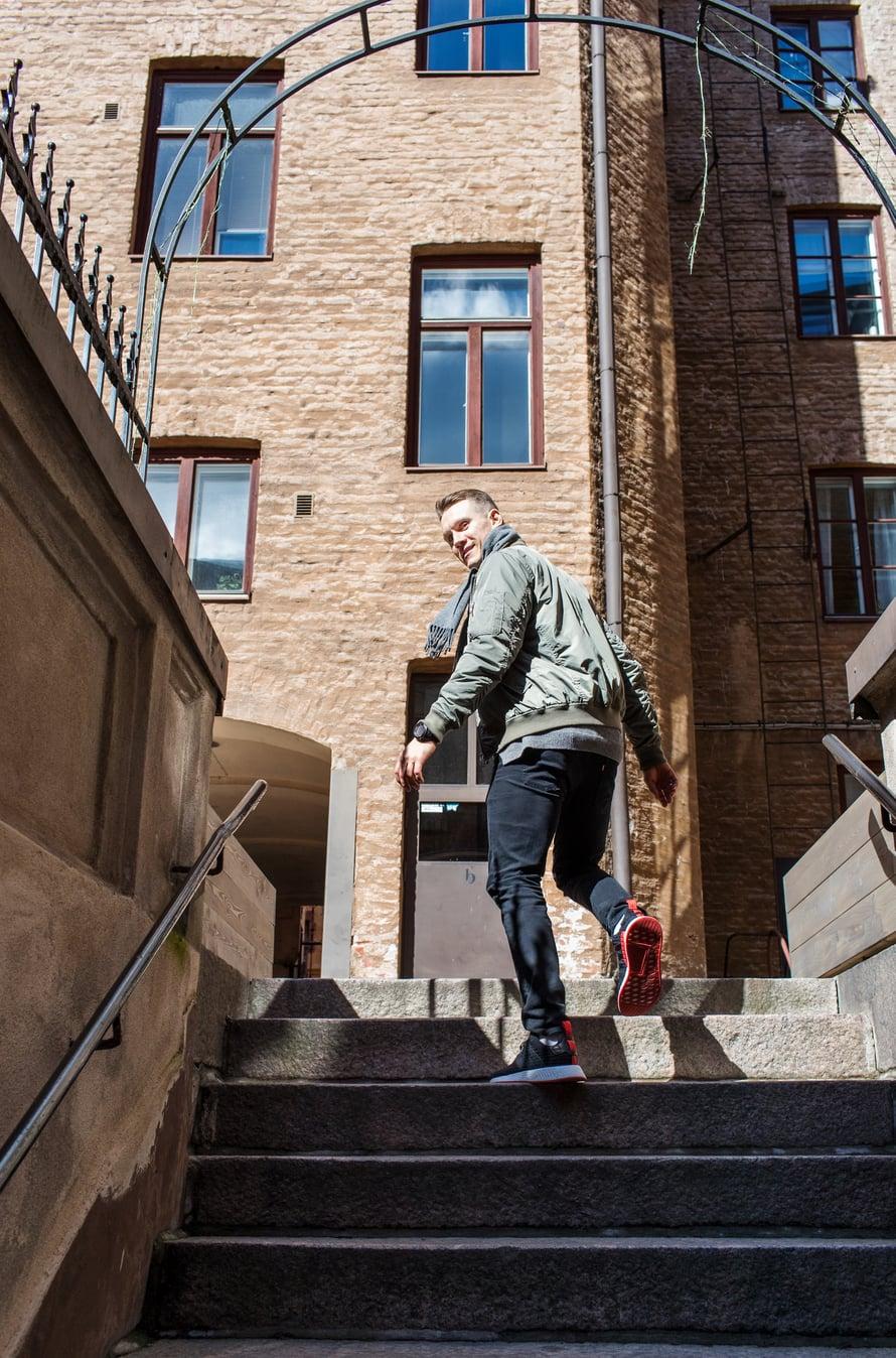 31-vuotias yrittäjä Nikolai Babitzin asuu Helsingin Ullanlinnassa kihlattunsa Annan kanssa ja pyörittää omaa liikuntastudiota. Niken suosikkeja Kirkan kappaleista ovat Hengaillaan ja Kulman kundit. Karaokessa Nikke ei laula Kirkaa, vaan Cheekin Timantit on ikuisia -kappaleen.