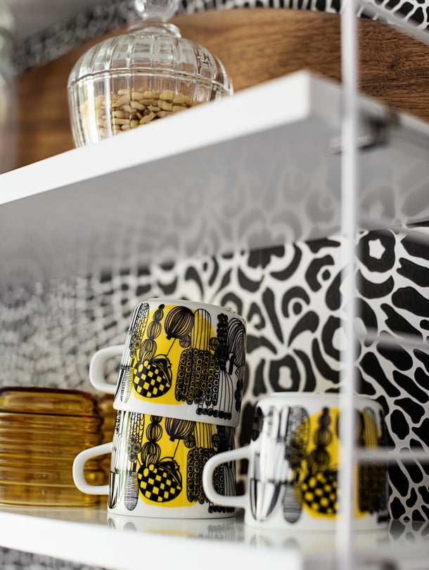 1. Pidä värikkäät astiat esillä. Näin ne tuovat joka päivä iloa eivätkä unohdu käyttämättöminä kaappiin.