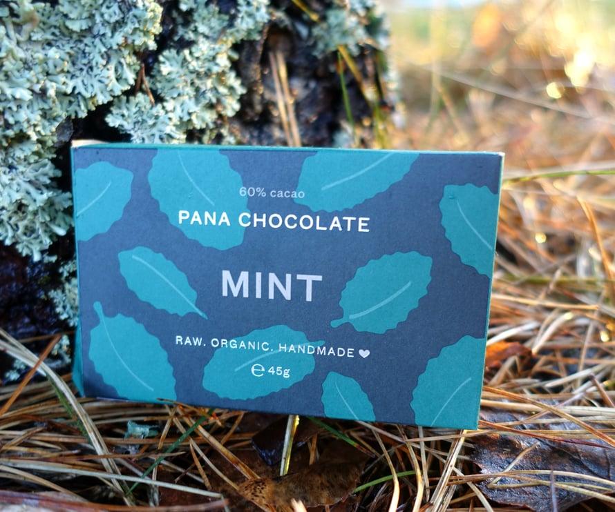 *Pana Chocolate on kuuluisapehmeistä, vegaanisistaluomu-raakasuklaistaan. Pana Chocolate -raakasuklaat valmistetaan käsin Australiassa. Ympäristöasiat ovat valmistajalletärkeitä: esimerkiksi pakkaukset ovat kokonaan biohajoavia. Hinta: n. 4,99 €. Myyntipaikat: Ruohonjuuri, Vegekauppa.fi