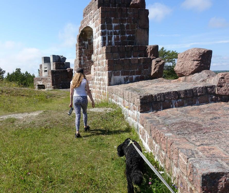 Bomarsundin linnoitus oli ennen Ahvenanmaan mahtavin rakennus. Venäjäalkoi rakentaa linnoitusta itselleen lännen etuvartioksi vuonna 1832. Luontopolkujenopastaulujen avulla on kätevää kertailla lapsille Oolannin sodan vaiheita. Bomarsund tuhoutui Kriminsodassa vuona1854