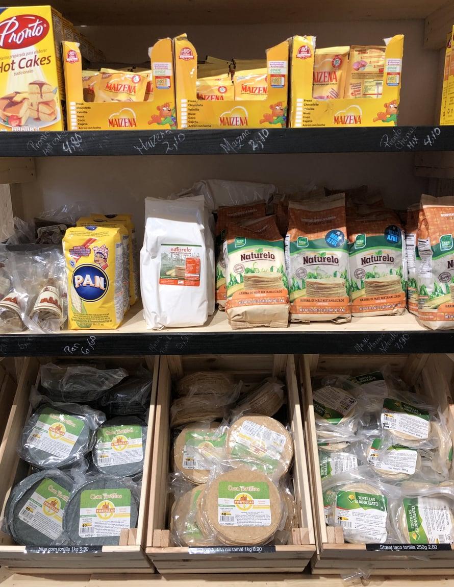 Dos Tecolotes -marketista löytyy kaikki tykötarpeet kotitekoisten tortillojen tekemiseen ja jos ei jaksa tehdä itse, täältä saa myös aidot maissitortillat valmiina. Tortilloja on mm. sinisestä maissista tehtyinä!
