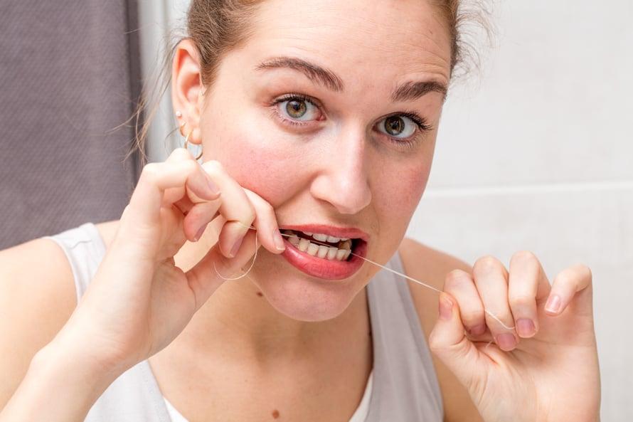 Hampaiden lankaaminen tekee hyvää muullekin terveydelle.