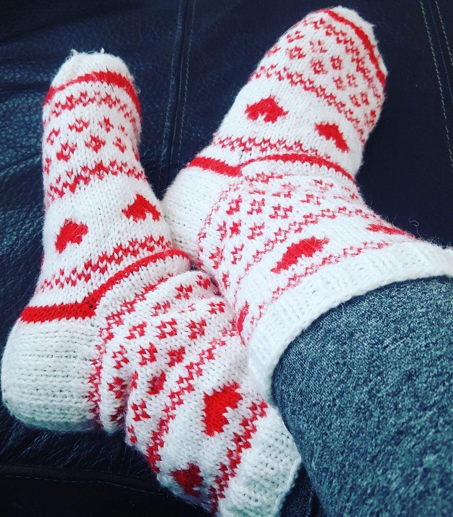 Neuloin itselleni joulusukat. Punavalkoiset, sydämelliset, lämpimät. Ihan niin kuin toivoisin joulunikin olevan. - Miia-Kaisa Katainen