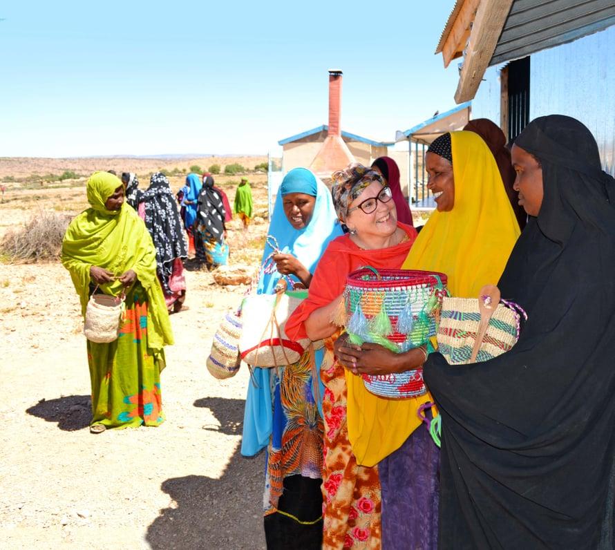 Airi ja naisia Somalimaassa, Godaweinin kylässä. Siellä naiset oppivat istuttamaan sisalkasvia, josta he punovat koreja markkinoille myyntiin.