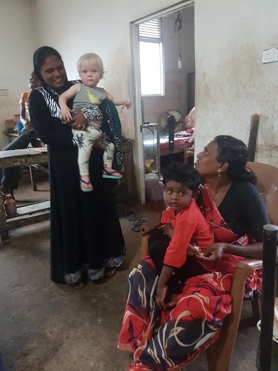 Vaikka yhteistä kieltä ei aina ole, Sri Lankassa on helppo tutustua paikallisiin. Ja pienen lapsen kanssa liikkuessa on aina joku auttamassa vaipanvaihdossa tai bussiin kapuamisessa.