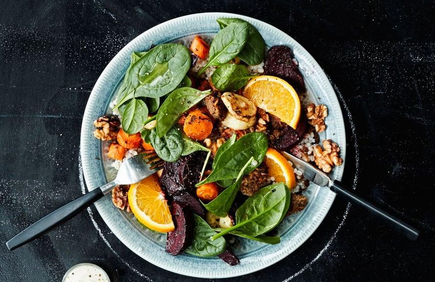 Lämmin salaatti on täydellinen ateria, kun siinä on paahdettuja juureksia ja appelsiinilla maustettua nyhtökauraa.