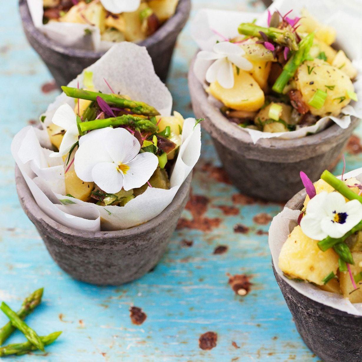 Keväinen parsa-perunasalaatti tarjotaan pienistä voipaperilla vuoratuista ruukuista –kukkasenkeveällä koristelulla.