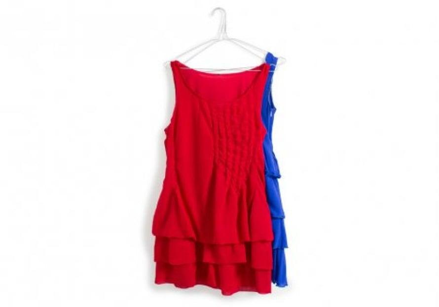 Katri lisäsi punaiseen mekkoon hius- ja muotolaskoksia saadakseen siihen särmää. Sininen mekko on 9. luokan viimeinen käsityö ja kevätjuhlamekko.