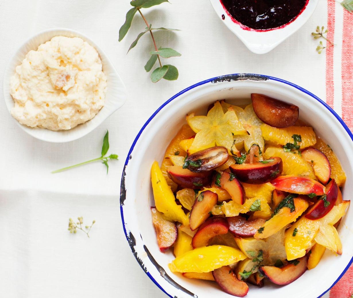 Lämmin ja pehmeä ei riitä, vaan mukaan tarvitaan hiukan kirpeyttä, jotta käsillä on talven täydellisin hedelmäsalaatti.