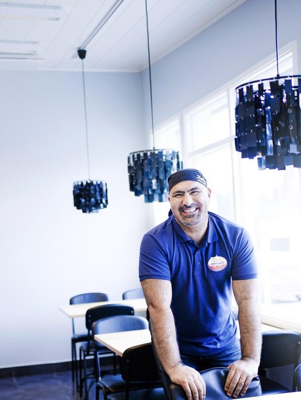 """""""Työllistän muutamia maahanmuuttajia, joiden on muuten vaikea löytää töitä. Siitäkin olen iloinen"""", Serdal Akbulut sanoo ravintolassaan."""