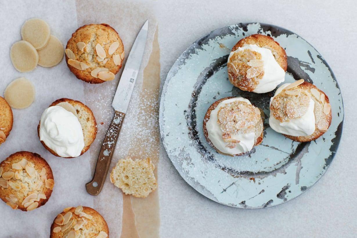 Muffini tarjoillaan mantelimassan ja kermavaahdon kera.