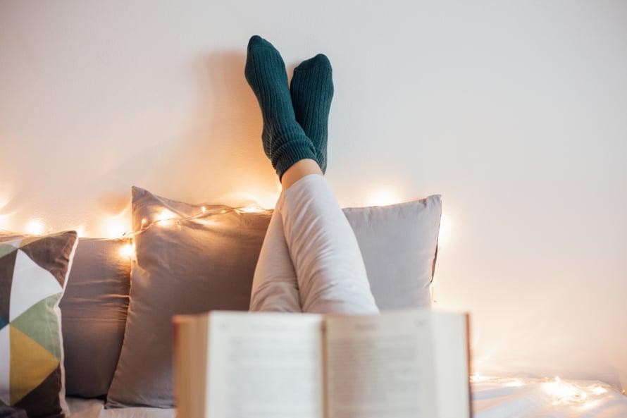 """Joskus oma aika on hemmottelua, joskus hankalien tunteiden kohtaamista. """"Yksinolon ei tarvitse aina olla mukavaa. On tärkeää ottaa vastaan kaikenlaiset tunteet"""", sanoo psykologi ja psykoanalyytikko Anna Collander."""
