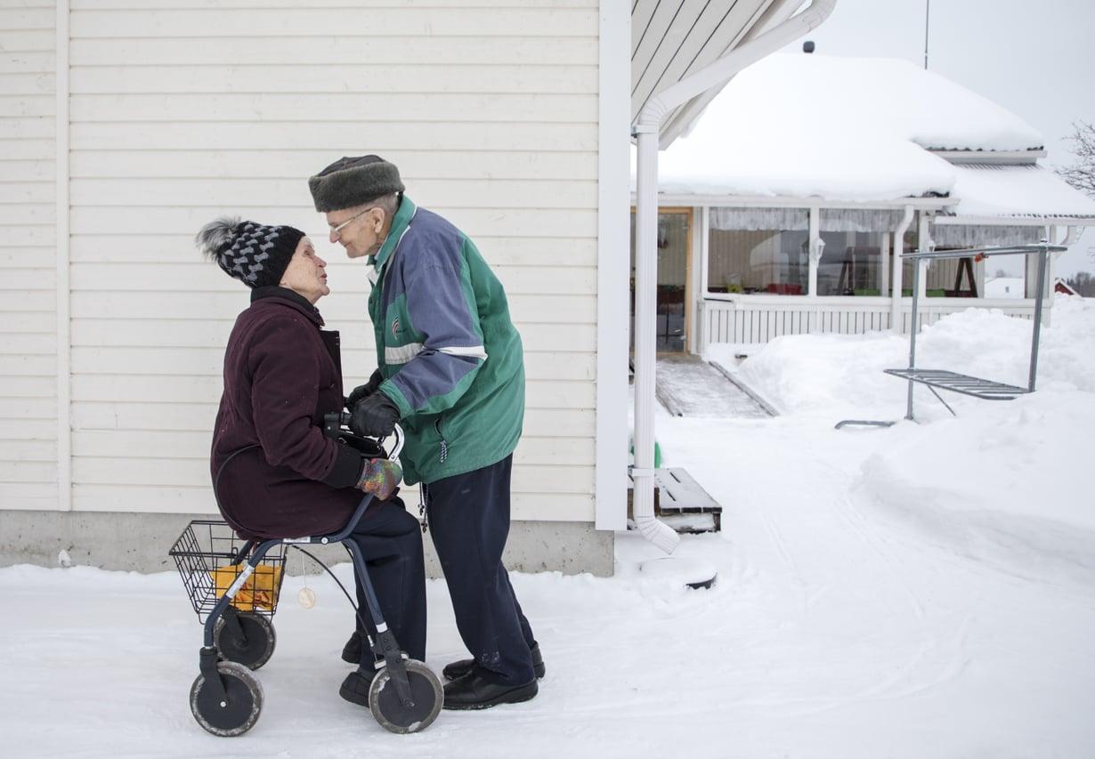 93-vuotiaat Eila ja Hemmi Jaara asuvat Yli-iissä ja ovat olleet naimisissa reilun vuoden.