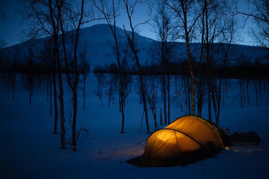 """16.4.2017 TAMOKDALEN, NORJA. """"Halusin tehdä viikon mittaisen retken Pohjois-Norjaan, koska vielä vuosi sitten sanoin ystävälle ääneen, että tuskinpa jaksaisin olla niin pitkään ulkona pakkasessa. Kuvassa neljän naisen retkiseurueesta puolet on lähtenyt jo paluumatkalle ja vietämme viimeistä yötä vuoristolaaksossa."""""""