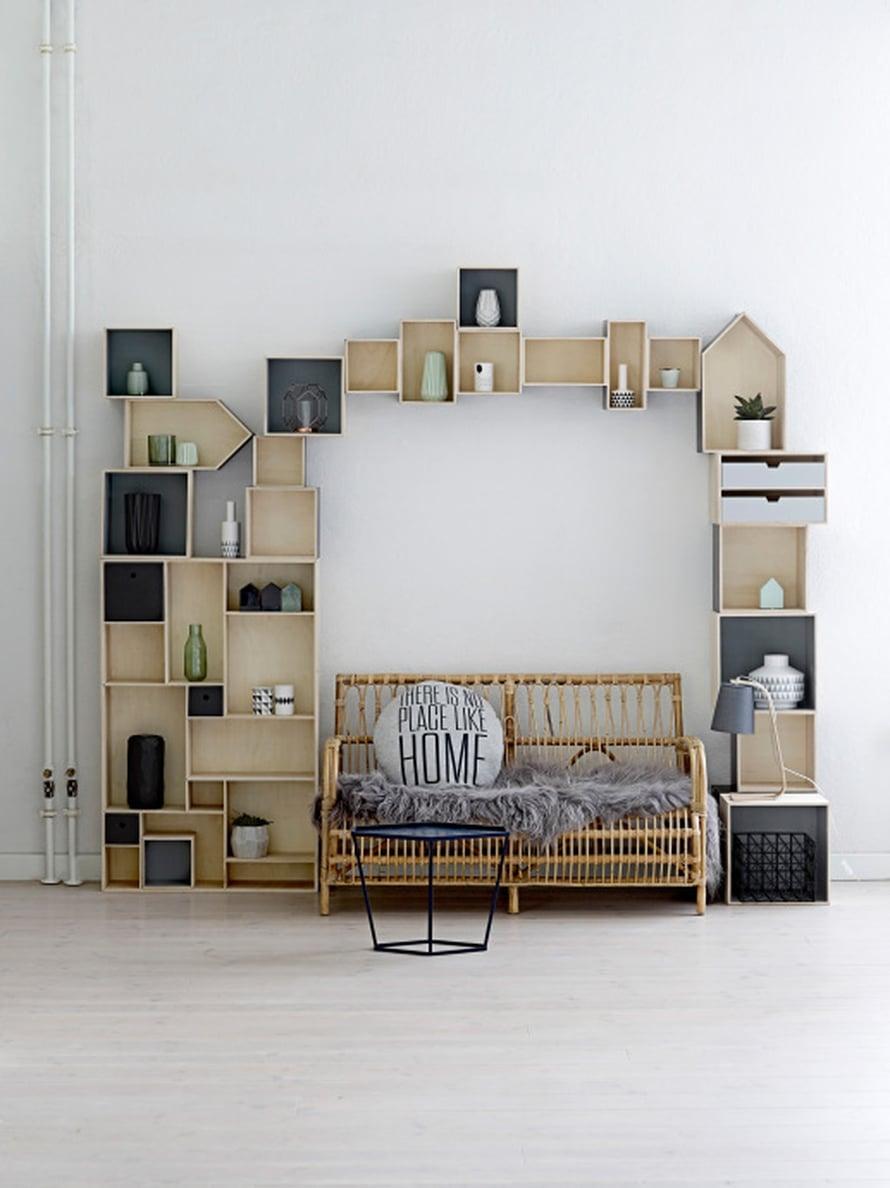 KOHTI KATTOA. Jos joudut miettimään, riittääkö tila sekä sohvalle että säilytykseen, kokoa hylly pienistä paloista seinälle sohvan tai sängyn ympärille ja hyödynnä huoneen koko korkeus.Bloomingvillenpuiset neliöboksit alkaen20 e, taloboksit alkaen 35 e ja suorakaideboksit alkaen 45 e. Olkkari ja Kruunukirppu.