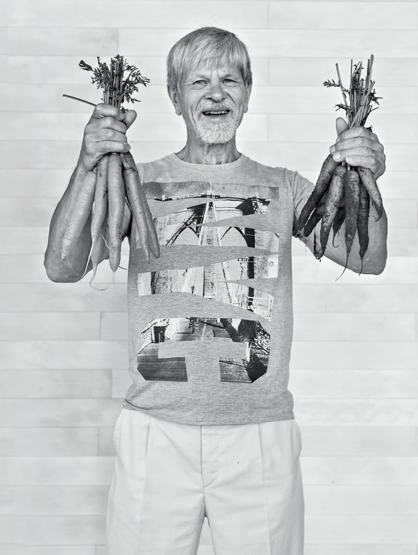 Jussi Tammisola on 71-vuotias kasvinjalostuksen dosentti, joka väitteli mesimarjasta ja luottaa villiruuista lähinnä perinteisiin marjoihin ja parhaisiin metsäsieniin.