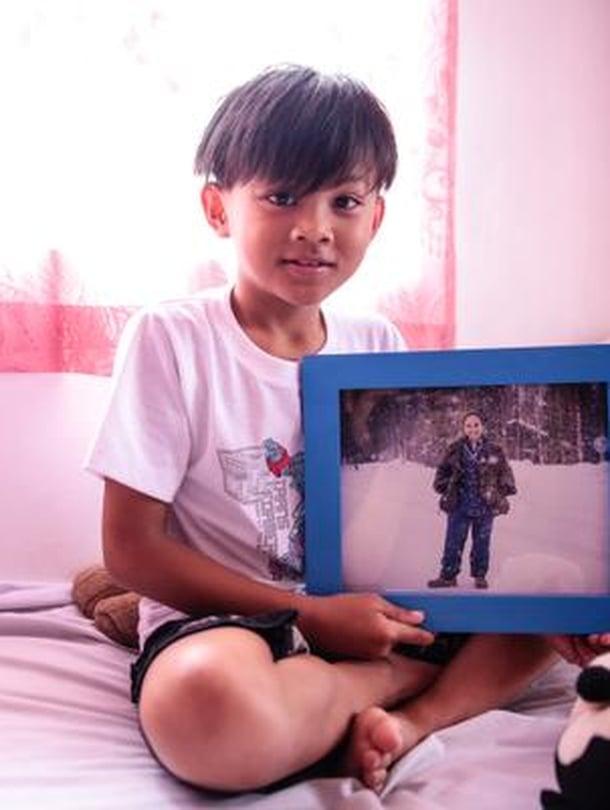 Charity Dela Cruz lähetti pojaleen Denzlille kuvan itsestään Puolangalla lumisateessa. Denzlistä ja hänen kaksossiskostaan Denisestä huolehtii Filippiineillä mummo.