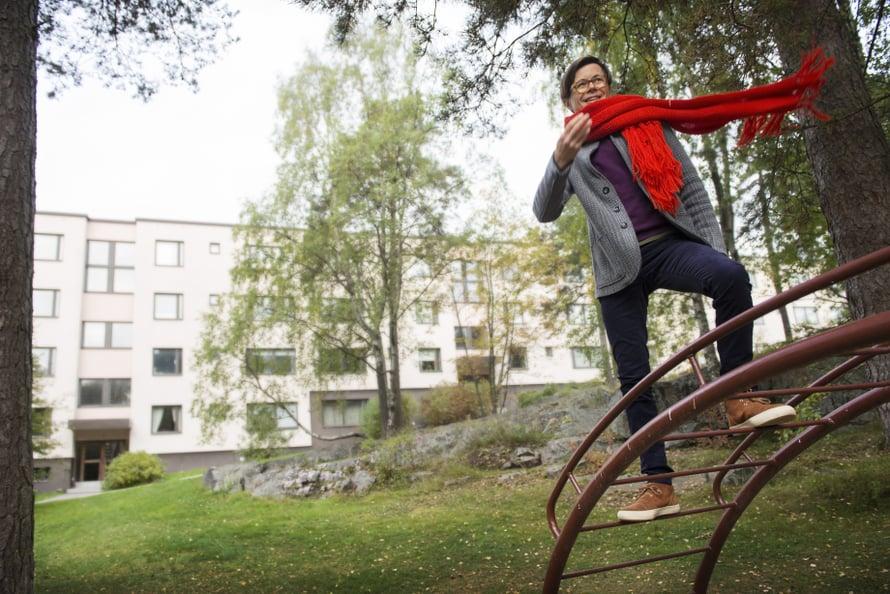 """Sami Sykkö ei ole kiipeillyt missään niin paljon kuin tässä, lapsuudenkodin pihassa. """"Työläisalueella kenelläkään ei ollut varaa olla parempi kuin muut. Lapsuuteni luksusta olivat kiivit kaverin kotona."""""""