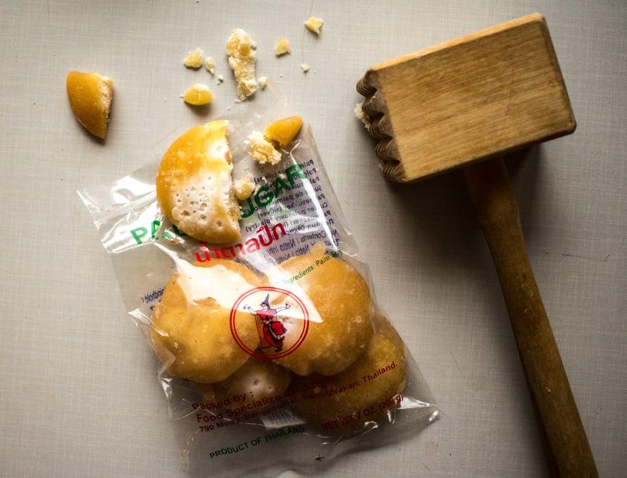 Lisäksi laitan curryyn aina pienen ripauksen sokeria sekä kalakastiketta, jonka voi kuitenkin jättää pois, jos haluaa syödä ruoan vegaanisena.