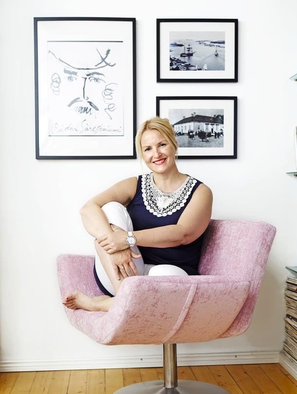 """""""Valmistun sisustussuunnittelijaksi. Kävin koulun itseäni varten, mutta voisin ajatella tekeväni työtä myös käytännössä"""", kertoo Laura Ruohola. Tuoli oli ennen punainen. Se alkoi kaivata uutta pastellista väriä sen jälkeen, kun Laura päätti tapetoida olohuoneen seinän vaaleanliilalla tapetilla. Tuoli on Valantin Hymy, kangas Designers Guildin. Verhoilutyö Åke Tolosen verhoomo."""