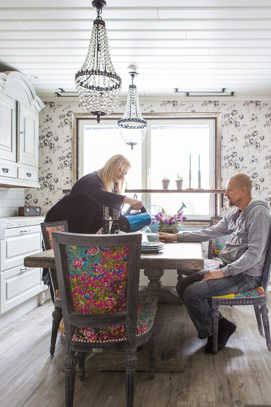 Sisustuskirjailija Ilona Pietiläisen, 38,  ja kirvesmies Janne Pietiläisen, 44,  perheeseen kuuluvat 9-vuotias Pietu-poika sekä Neilikka-koira. Keittiön seinillä kukkivat Boråsin tapetin ruusut. Väriä tuovat tuolit, joiden kangas on Intiasta. Harmaa pöytä on kierrätyspoppelia.