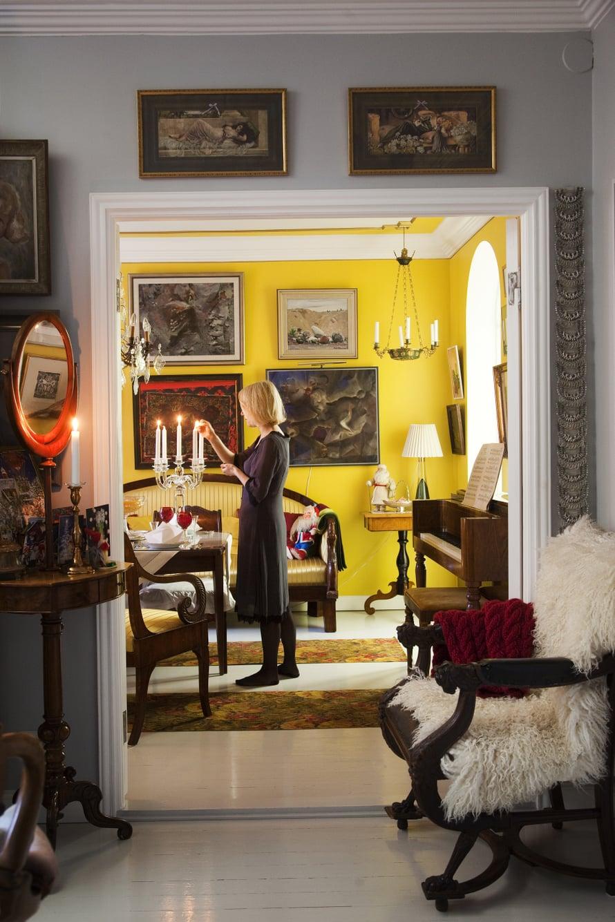 """Tule joulu kultainen! Makuuhuone aukeaa olohuoneeseen. Etualan tuolin Piritta sai syntymäpäivälahjaksi Mikolta. """"Kun ehdin istahtaa, otan esiin neuleen ja kuuntelen Ylen puheohjelmaa radiosta."""""""