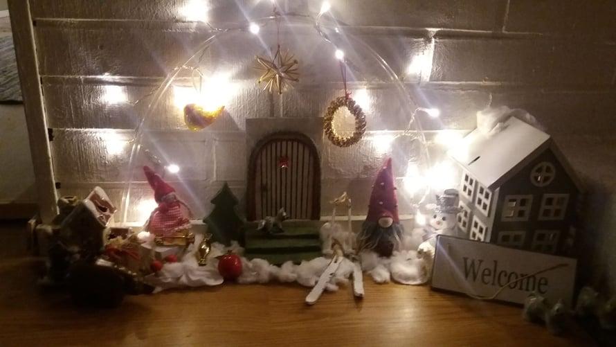 """""""Rakensin kotiin takan viereen tonttumaailman.Tavarat löytyivät omista joulukoristeista."""" Mari Nuutinen"""