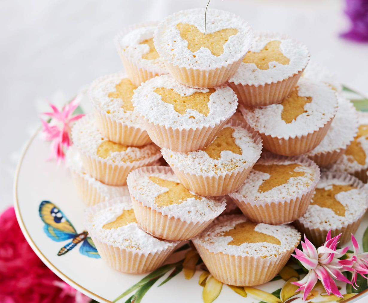 Muotin päältä siroteltu tomusokeri piirtää muffinien pinnalle sitruunaperhosia.