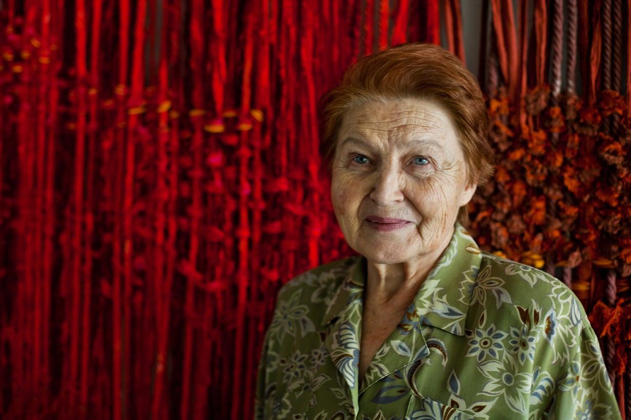 Artesaani ja tekstiilisuunnittelija Marianne Järvinen, 71, kuvattiin Thaimaan prinsessan kesähuvilassa. Taustalla on seinävaate, jonka hän suunnitteli ja toteutti yhdessä Doi Tungin kutojien kanssa.  asuu Pohjois-Thaimaassa Chiang Raissa.