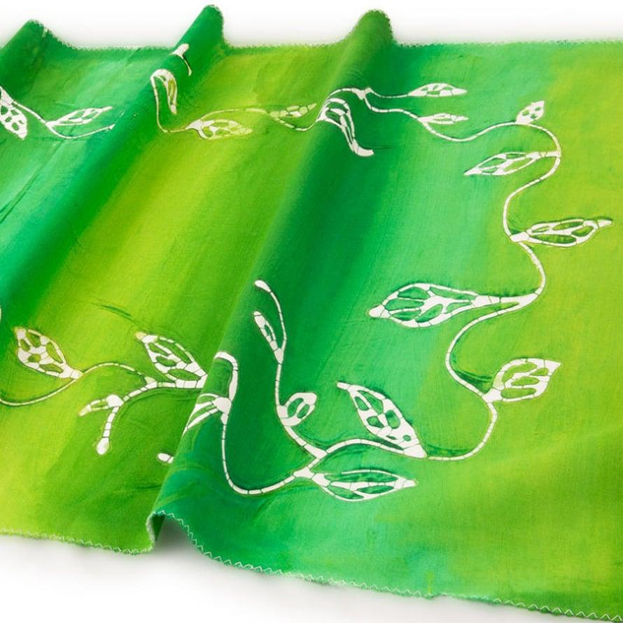 Köynnös on piirretty taikinalla valkoiselle kankaalle ja vihreä väri on maalattu.