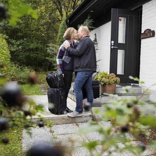 Joskus Anne ja Vellu ehtivät nähdä vain ovella, kun toinen lähtee ja toinen palaa. Kotiintulijalle on aina ruokaa jääkaapissa.
