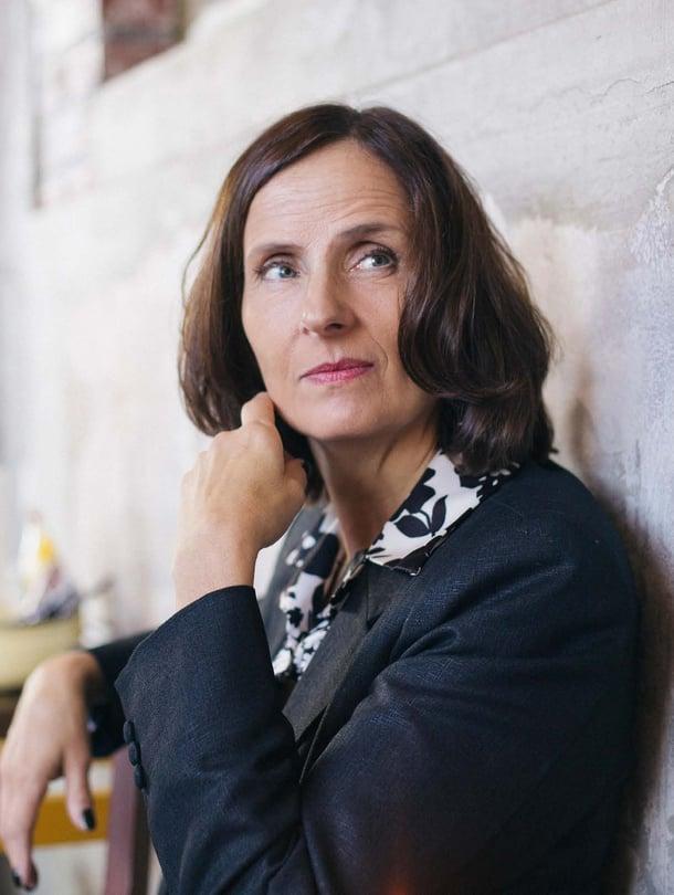 53-vuotias kirjailija Susnna Alakoski asuu Tukholmassa kirjailijamiehensä kanssa. Perheeseen kuuluvat 17-, 22- ja 23-vuotiaat lapset.