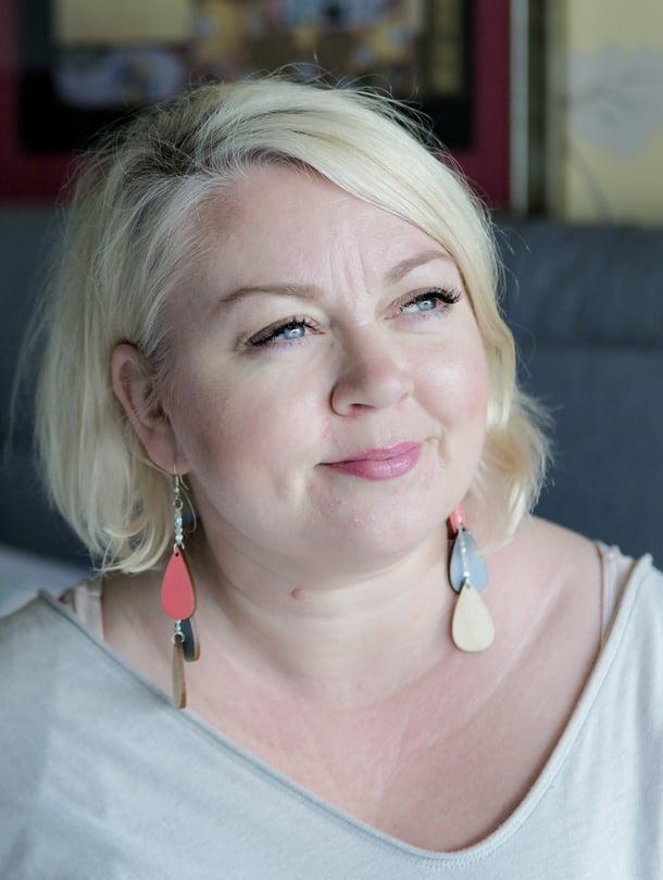 Arja Tiili, 45, on koreografi ja tanssija. Hän asuu Helsingin Vuosaaressa tyttärensä Pinkan kanssa ja vetää nuorille Break the Fight -työpajoja, joilla yritetään ehkäistä koulukiusaamista.