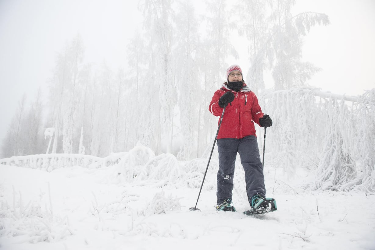 """""""Mieheni sanoo, että vaimo häviää lumikengät jalassa metsään ja tulee tyytyväisenä takaisin"""", Johanna Ovaska kertoo."""