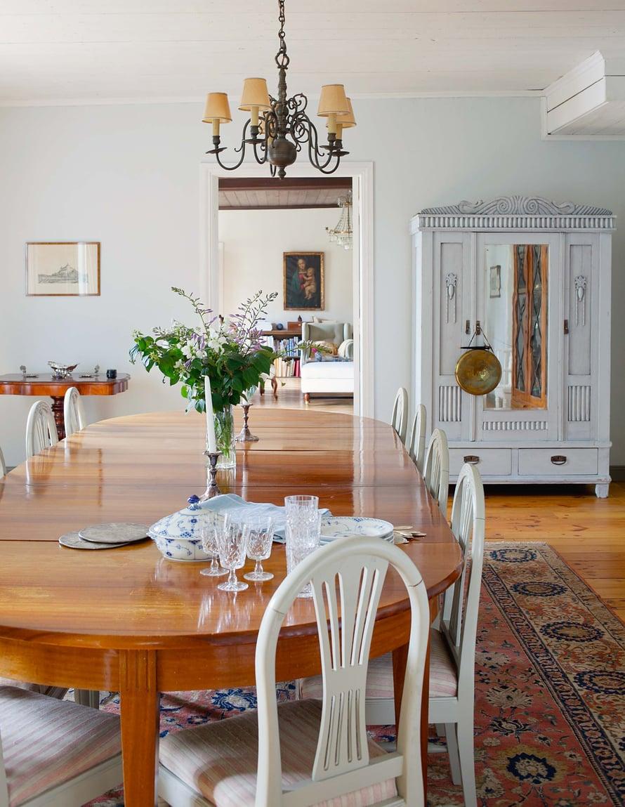 Ruokasalin sisustus on säilytetty lähes entisellään. Sojia ja Patrick kattavat pöydän mielellään vanhoilla astioilla. Osa talon viehätystä ovat salista toiseen avautuvat näkymät.