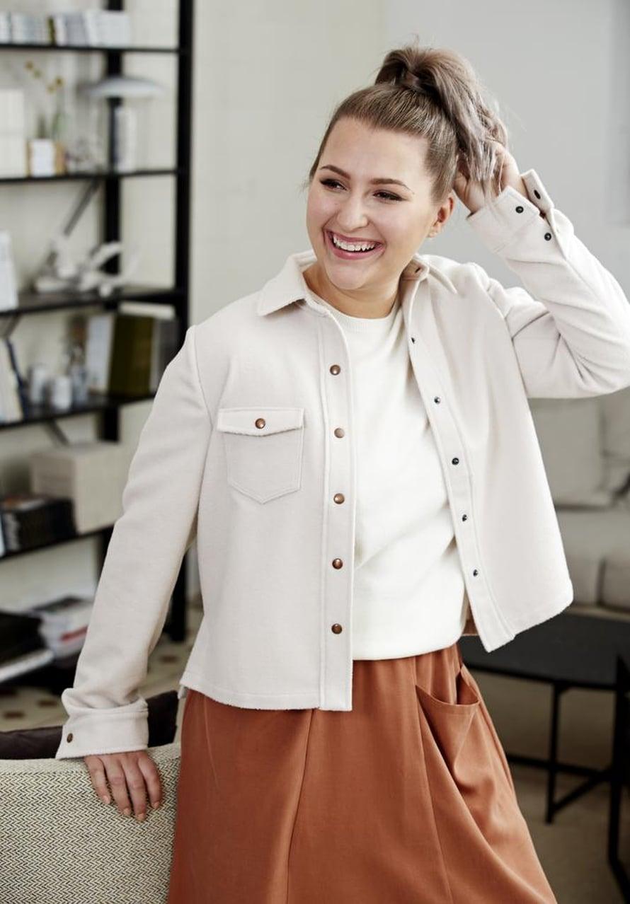 5 Valkoinen naisen paitatakki