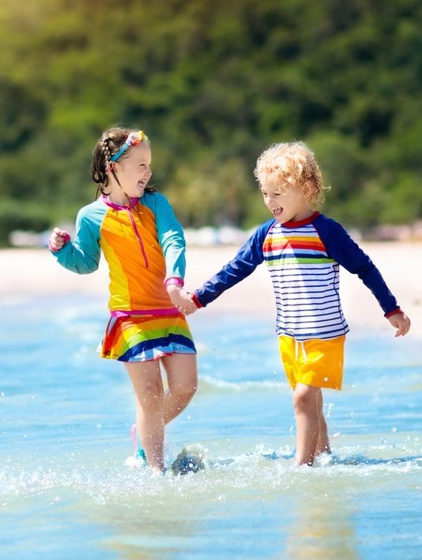 Vesi ja hiekka heijastavat UV-säteitä, joten UV-vaatteet voivat olla käytännöllinen valinta rantapäivälle.