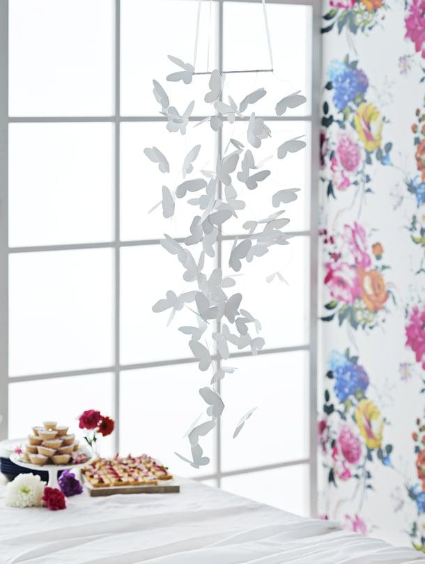 Hulluna perhosiin!Herkkä perhoskoriste on yhtä upea juhlapöydän yllä kuin perheen pienimmän sängyn päällä pyörimässä. Perhoset lentävät somasti ilmavirrassa.