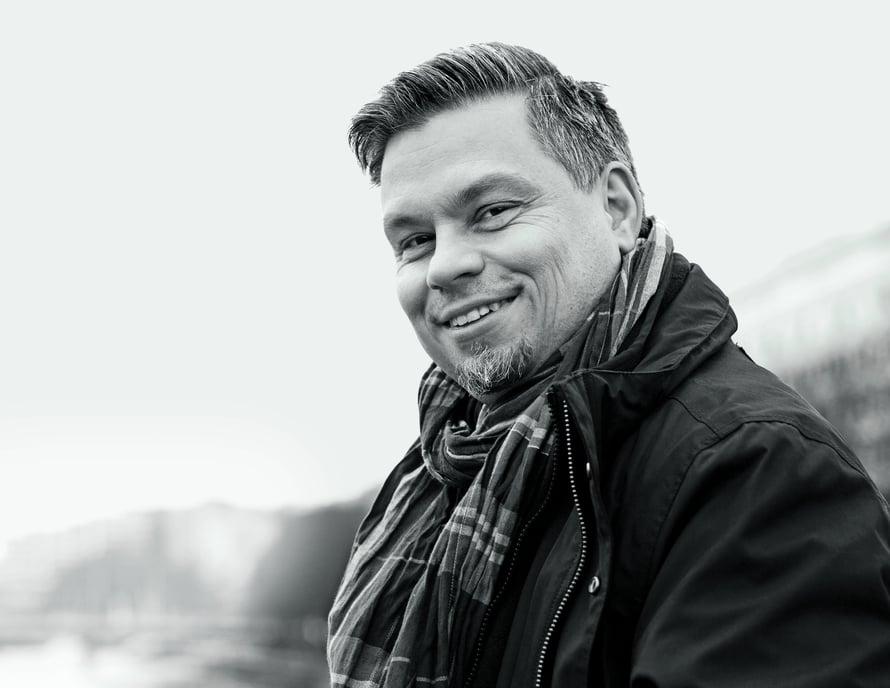 Kirjailija ja opettaja Tommi Kinnunen, 44, asuu Turussa perheensä kanssa. Hän opettaa suomen kieltä ja kirjallisuutta Luostarivuoren koulussa. Kinnusen molemmat romaanit Neljäntienristeys (2014) ja Lopotti (2016) nousivat Finlandia-ehdokkaiksi.