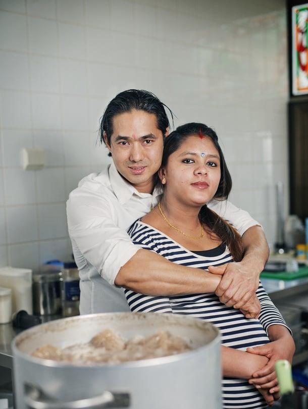 Jos Roel Olin vaimo Sonu Wagle Oli haluaa tavata miestään, hänen on tultava ravintolaan. Vauva syntyy kohta.