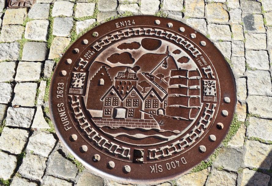 Bryggen - missä viemärinkannetkin ovat kauniita.