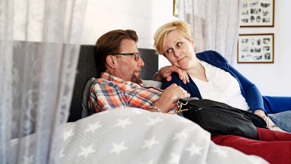 Missä Juha, siellä musta laukku. Siinä kulkevat sydänpumpun akut. Tove tietää miehensä sydänsairaudesta toisinaan enemmän kuin mies itse.
