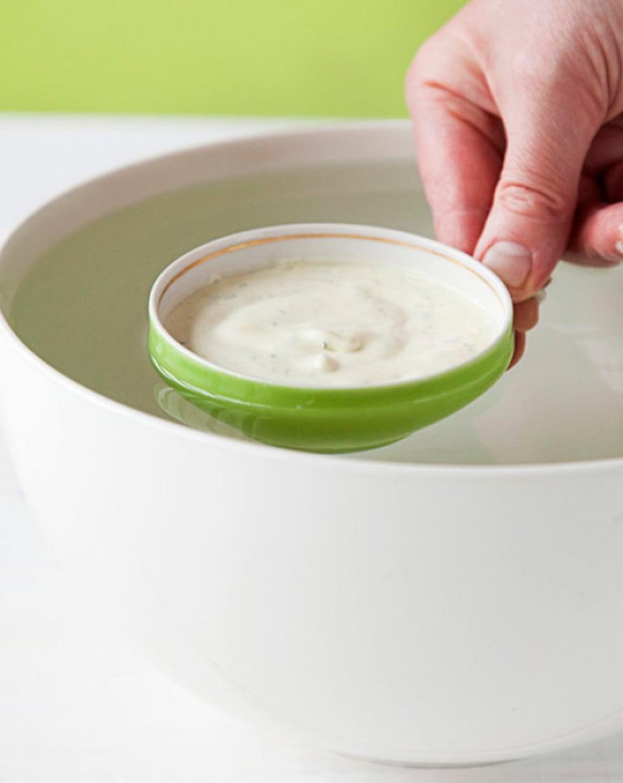 Ota jäädyke pakastimesta 15–20 minuuttia ennen tarjoilua. Kasta jäädykeastia reunoja myöten kuumaan veteen pariksi sekunniksi. Kumoa jäädyke työpöydälle kopauttamalla kulho napakasti alustaan.