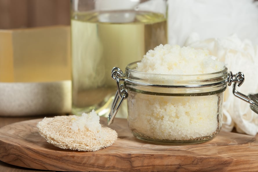Kotitekoinen vartalokuorinta syntyy helposti suolasta ja öljystä. Kasvojen herkälle iholle kotiseokset voivat olla liian kuluttavia.